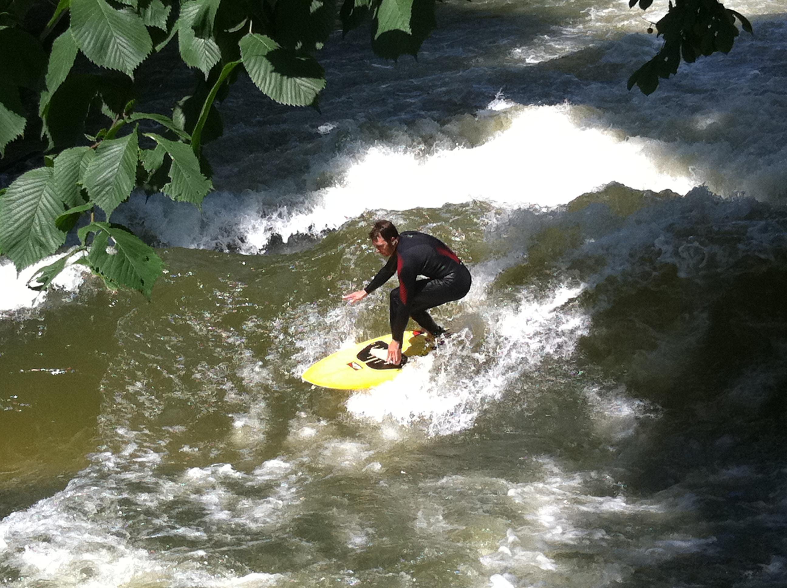 Eisbach-Surfer in München