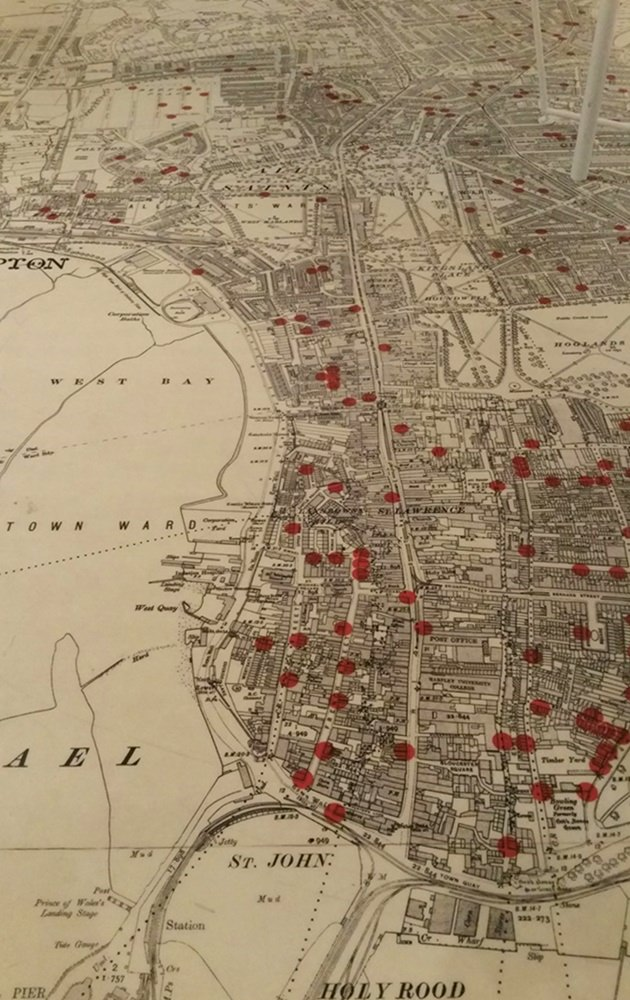 Seacity Museum in Southampton - ein roter Punkt = ein Haushalt, aus dem jemand mit der Titanic gesunken ist...
